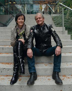 Andrea Pecile und Erhard Blaßnig sitzen auf den Stufen vorm Stadtsaal